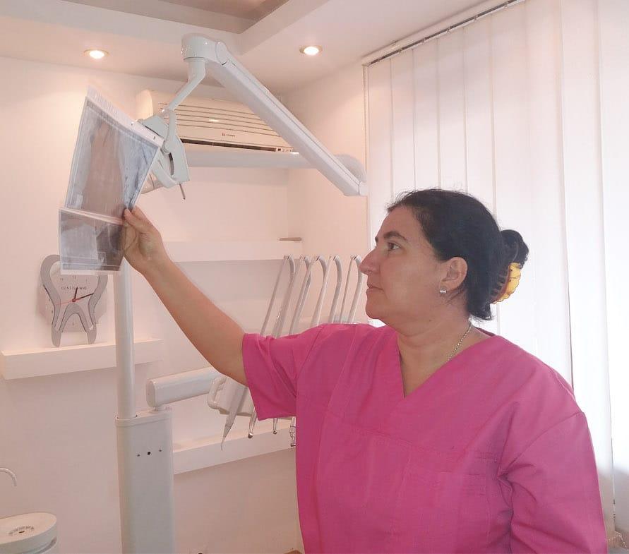 Dentist-who medic stomatolog examineaza o radiografie in cabinetul dentar